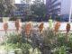 sitzende gebastelte Vögel am Fenster